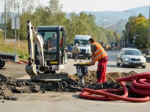 Stavba kruhového objezdu v Rochlici je v plném proudu. Foto: Jan Král