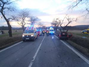 Silnici na Nové Město pod Smrkem uzavřela vážná nehoda tří aut