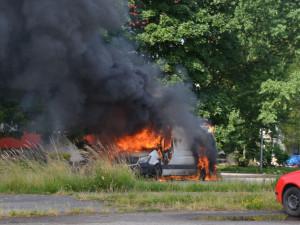 Požár dodávky naložené tlakovými lahvemi zaměstnal hasiče na celý den