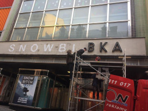 Obchodní dům Brouk a Babka přišel o svůj původní nápis. Nahradilo ho logo skateshopu.