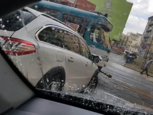 Nehoda tramvaje s autem.