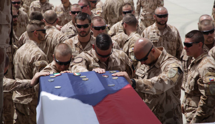 KOMENTÁŘ: Čeští vojáci v Afghánistánu; hrdinové nebo žoldáci?