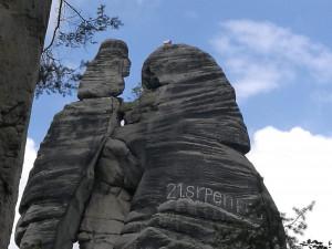 Nápis na skalním útvaru