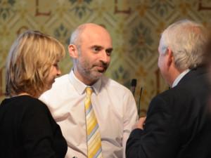 Jan Korytář na jednom ze zastupitelstev hovoří s Jaroslavem Zámečníkem.