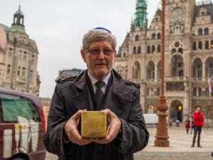 Michal Hron, předseda židovské obce Liberec s prvním z dnešních položených kamenů