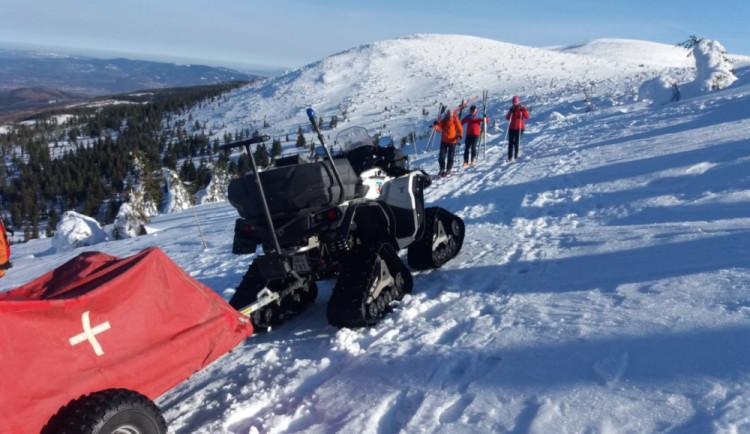 Lyžař v Krkonoších padal dlouhých sto metrů, povolán byl vrtulník i čtyřkolka