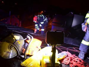 Zásah hasičů na střeše internátu.