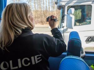 Policisté si posvítili na řidiče v novém autobuse