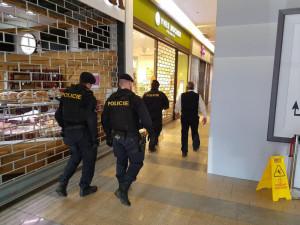 U Fora zasahují kvůli údajné bombě hasiči i policisté.