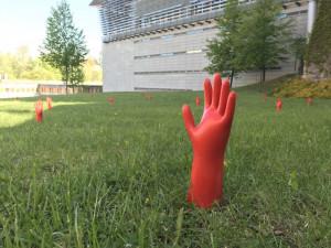 Červené ruce vylézají ze země.
