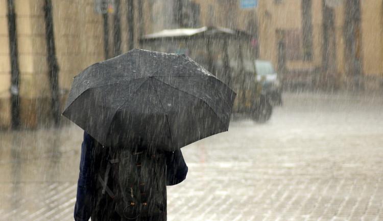 Studené počasí končí, oteplí se. Bez deštníků se ale neobejdeme
