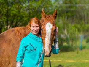 Ester Rišková se rozhodla pomáhat ex-dostihovým koním, kteří by jinak skončili na jatkách.