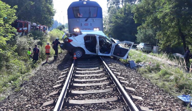 Ve Stráži nad Nisou se srazil vlak s osobákem, řidič skončil v nemocnici