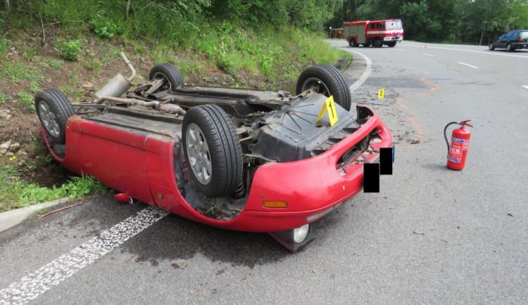 FOTO: Jel příliš rychle a skončil na střeše, v autě měl přitom syna