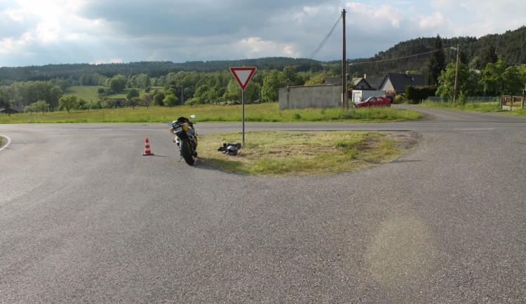 Na křižovatce srazil motocyklistu, vynadal mu a ujel. Na místě ale zůstala jeho espézetka