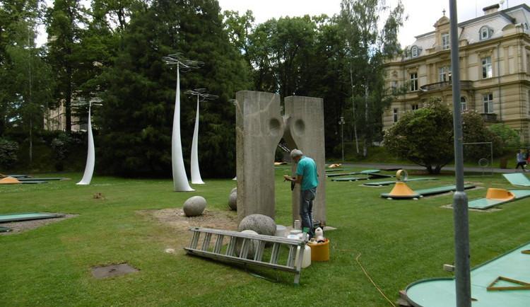 FOTO: Poničené sochy už jsou opravené. Bránu snů povalil vandal, Rodinu shodila vichřice