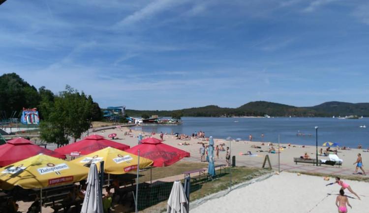 Máchovo jezero má kvůli sinicím zhoršenou kvalitu vody