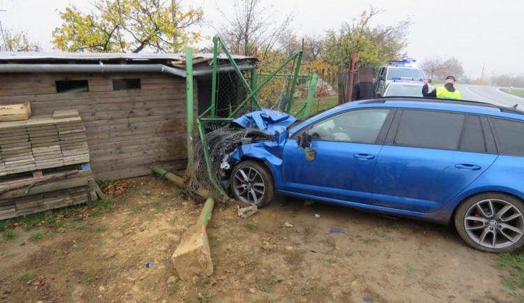 Usnul za volantem a s autem skončil v plotě