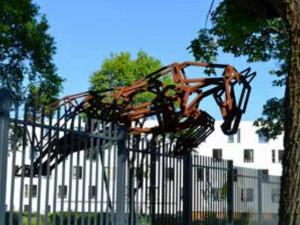 Socha koně, který skáče ve Vratislavicích přes plot.