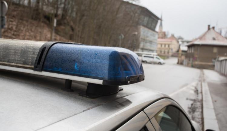 Banda opilců řádila v centru města, napadla chodce a ničila auta