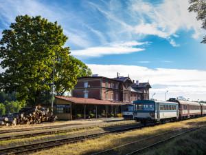 Železniční stanice Martinice v Podkrkonoší.