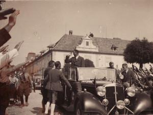 Ilustrační snímek - Konrad Henlein na náměstí v Nových Hradech.