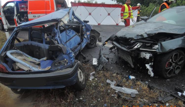 Tragická nehoda mezi Stráží a Mníškem. Srážku čtyř aut nepřežil řidič jednoho z nich