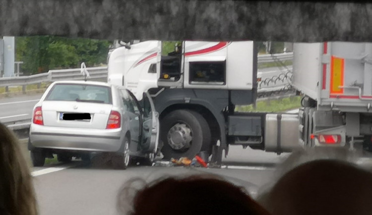 Za Turnovem se střetl kamion s osobákem. Na místě se tvořily kolony