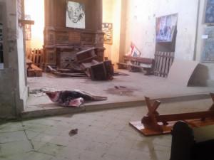 Kostel po řádění vandala.