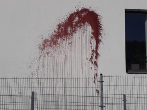 """Takhle někdo  """"pomaloval"""" stěnu turnovského domu."""
