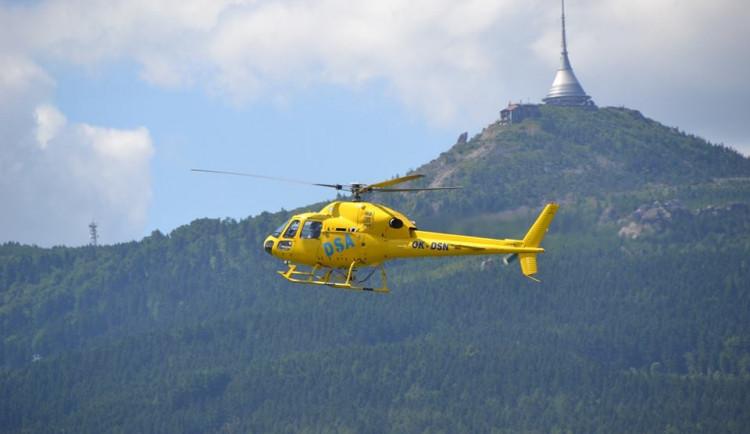 Motorkářka se na křižovatce srazila s osobákem, letěl pro ni vrtulník