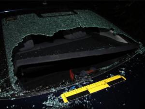 Jedno z poničených aut.