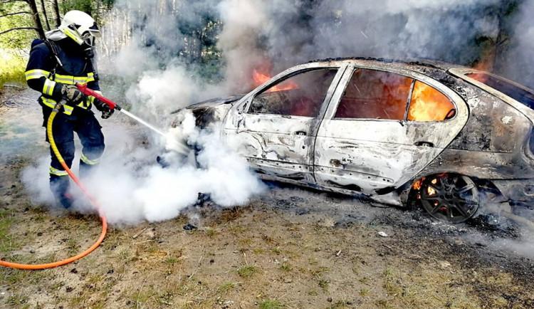 FOTO: Ve Stráži pod Ralskem vzplál osobní automobil, na místě zasahovali hasiči