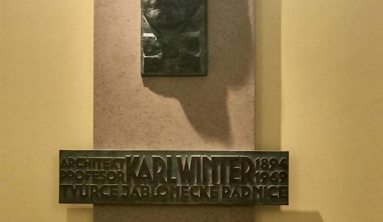 Na jablonecké radnici je nová pamětní deska, připomíná architekta Karla Wintera