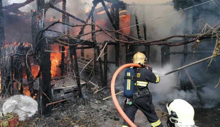 FOTO: Garáž v Bílém Kostele zachvátily plameny, byl vyhlášen druhý stupeň poplachu