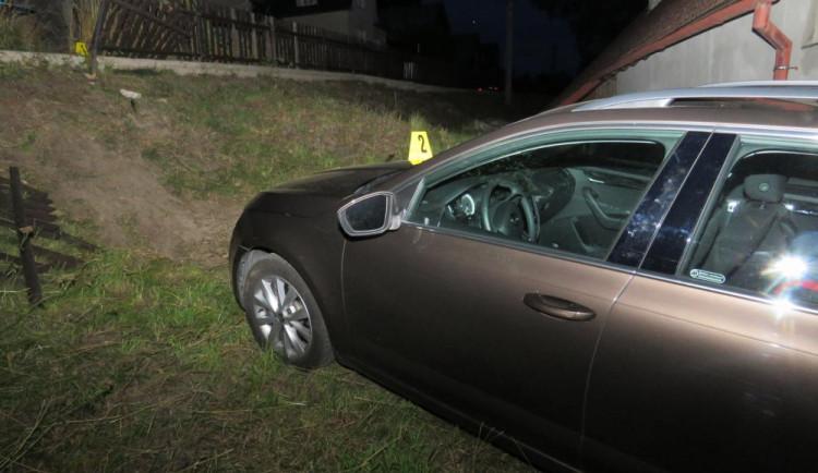 Zaparkované auto se samo rozjelo a skončilo ve zdi domu, vznikla stotisícová škoda