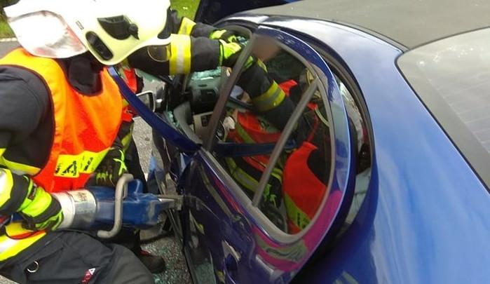 FOTO: Vážná nehoda u Jestřebí si vyžádala tři zraněné. Srazila se tam dvě auta