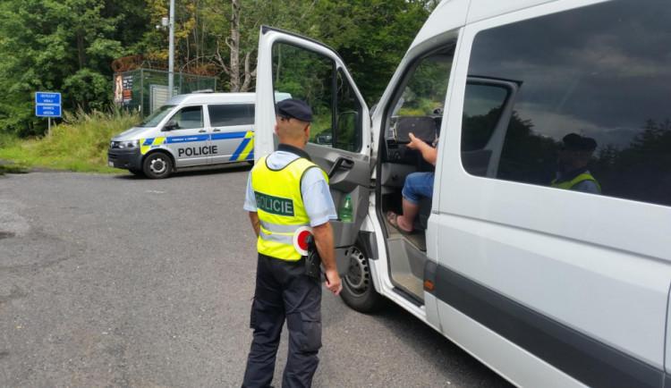FOTO, VIDEO: Policisté pátrali po převážených migrantech, zkontrolovali více než stovku vozidel