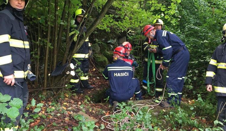 FOTO, VIDEO: Malý srnec zapadl do pět metrů hluboké staré studny. Ven ho dostali hasiči