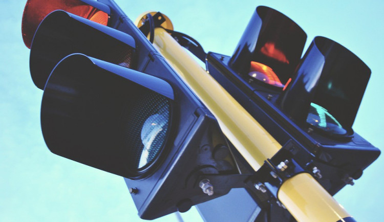 V České Lípě si stěžují na dopravní značení. Občanům nejsou jasné červené sloupky a zelené šipky