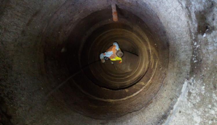 FOTO: Malý chlapec spadl do šest metrů hluboké studny. Jako zázrakem vyvázl prakticky bez zranění