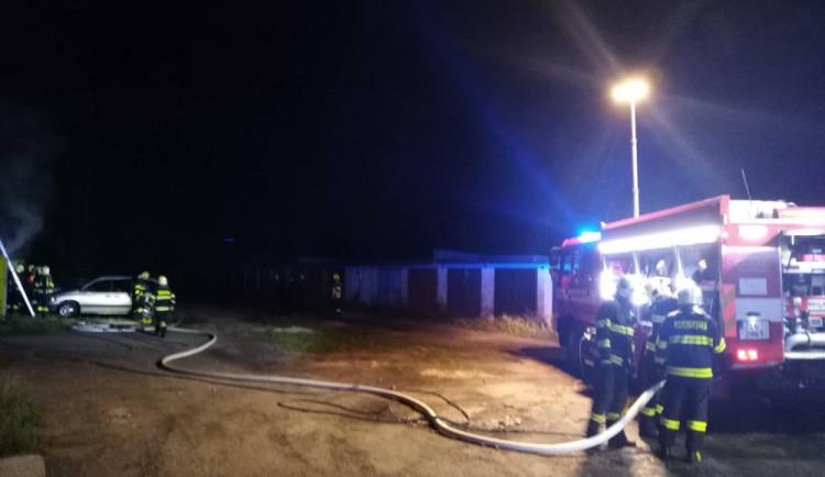 FOTO: Z garáže na Jeřábu v noci šlehaly plameny. Zasahovaly tři jednotky hasičů