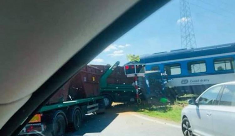 FOTO: V Zákupech se srazil náklaďák s vlakem. Řidič skončil v nemocnici