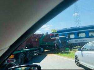 Srážka vlaku s náklaďákem.