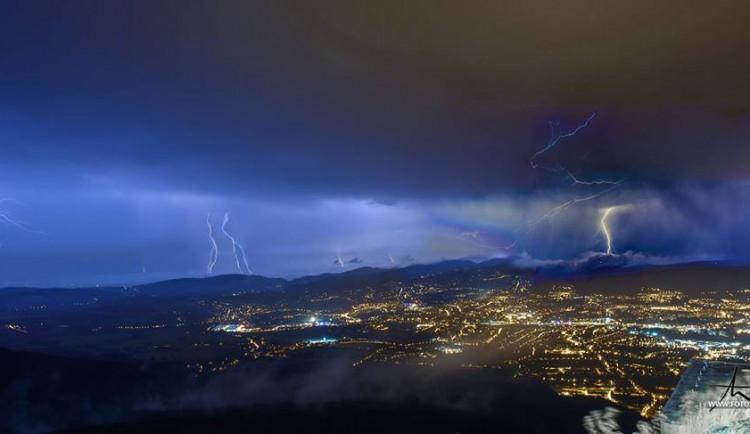 Na Liberecko se ženou bouřky. Dorazí odpoledne