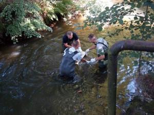 Hasiči z řeky tahali pračku.