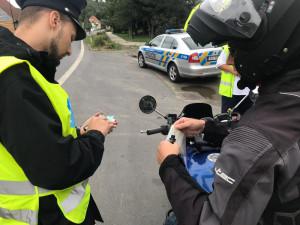 Policisté o víkendu opět kontrolovali řidiči i motorkáři.