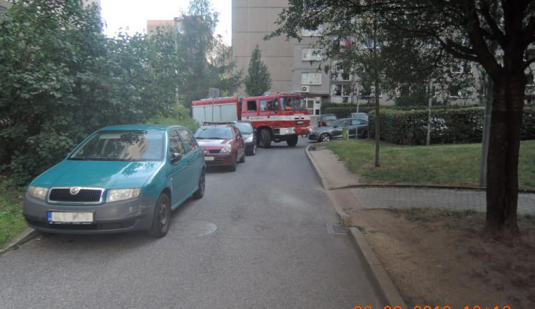 Zaparkovaná auta komplikují hasičům zásahy, nejčastěji jde o situace na sídlištích