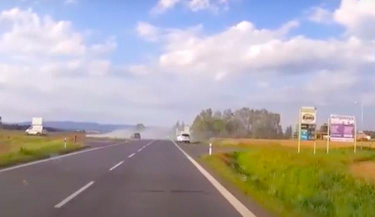 Hledá se svědek těžké nehody z bílého SUV. Bezprostředně viděl srážku auta a motorky