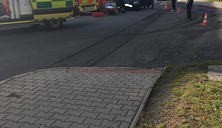 V Desné došlo ke srážce osobáku s chodkyní, doprava byla řízena kyvadlově